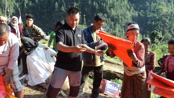 Distributing tarpaulins