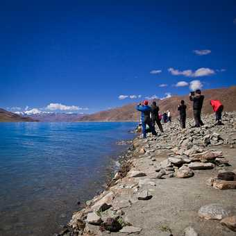 The turquoise lake of Yamdrok Tso