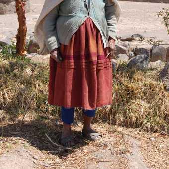Old woman in Raqchi