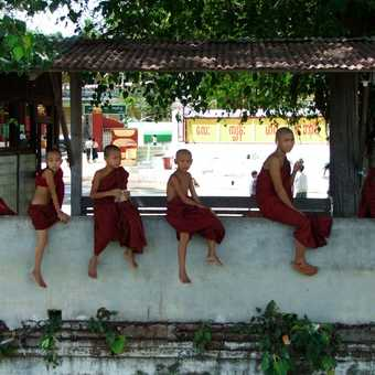 The rest of the group at Shwe Oo Min