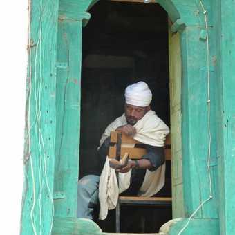 Praying in a window, Yeha