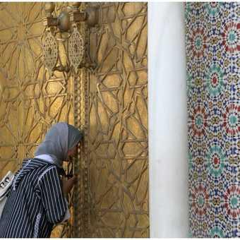 Peeking into royal yard in Fez