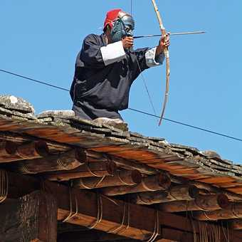 Rooftop archer at Wangdi festival
