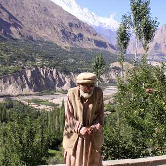 106 years old hunza man stil can climb a mountain