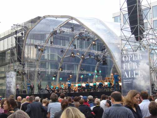 Nagano conducts free concert