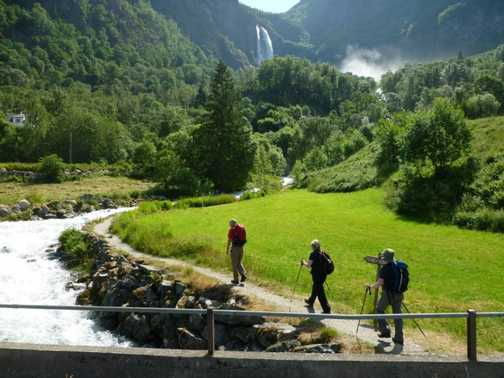 Walking towards Feigumfossen