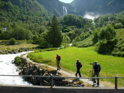 Walking towards Feigumfossen