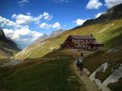 Approaching the Benevolo Refuge