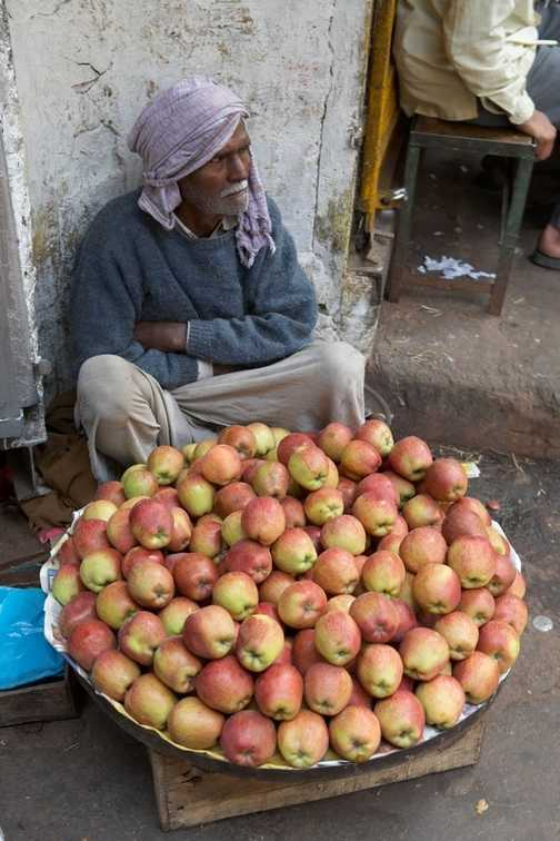 Apple salesman in Old Delhi