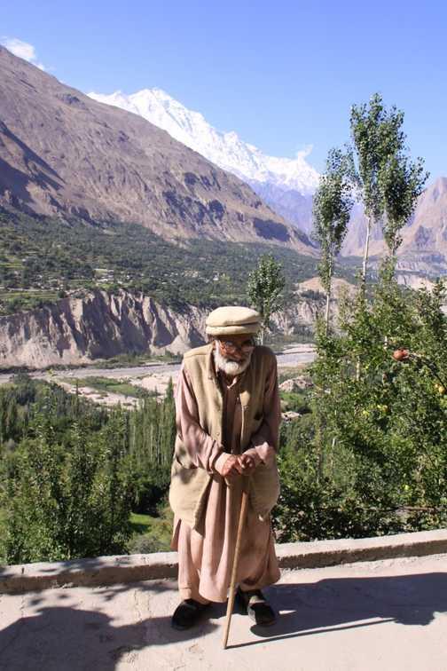 106 years old hunza man stil can climb a mountain