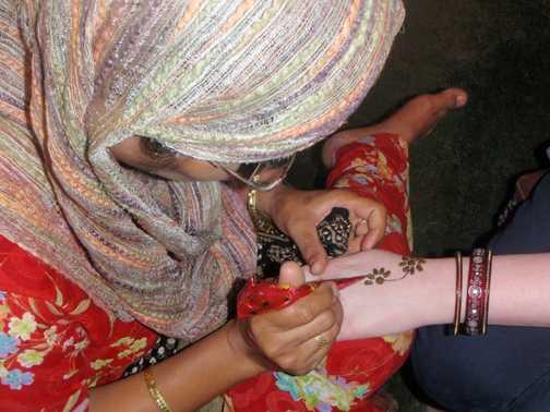 Application of Henna tatoo