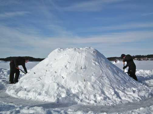 building a Quinzee (Finnish igloo)